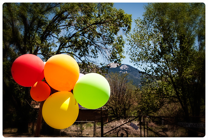 _DSC1670-balloons-and-taos-mtn