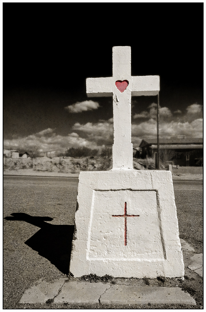 DSC_4939-cross-with-heart-espanola-church-plaza