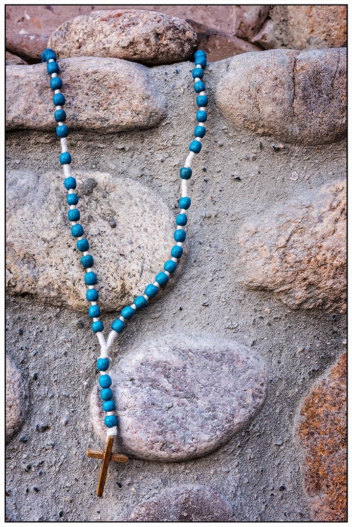 dsc_0543-chimayo-turquise-beads-with-cross-on-rocks